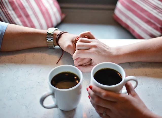 Un café, una mesa para cuatro
