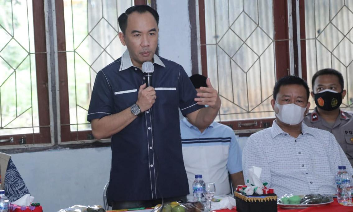 Bupati Waykanan Beri Bantuan Sembako Kepada 49 Warga Korban Puting Beliung