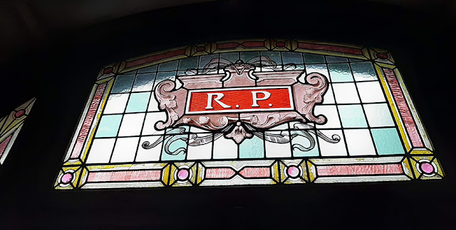 vitral com as letras R e P