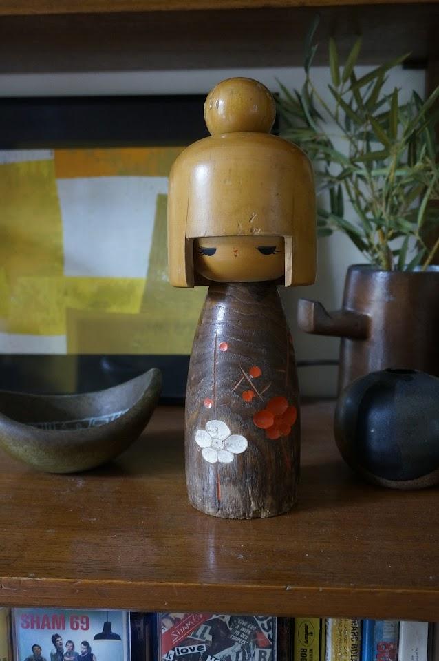 une grande poupée japonaise en bois  Sosaku Kokeshi wooden japan doll