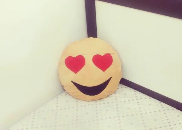 Costura criativa: almofada divertida de emoji apaixonado