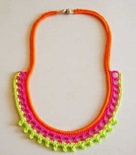 http://chabepatterns.com/free-patterns-patrones-gratis/jewelry-joyeria/neon-necklace-collar-neon/
