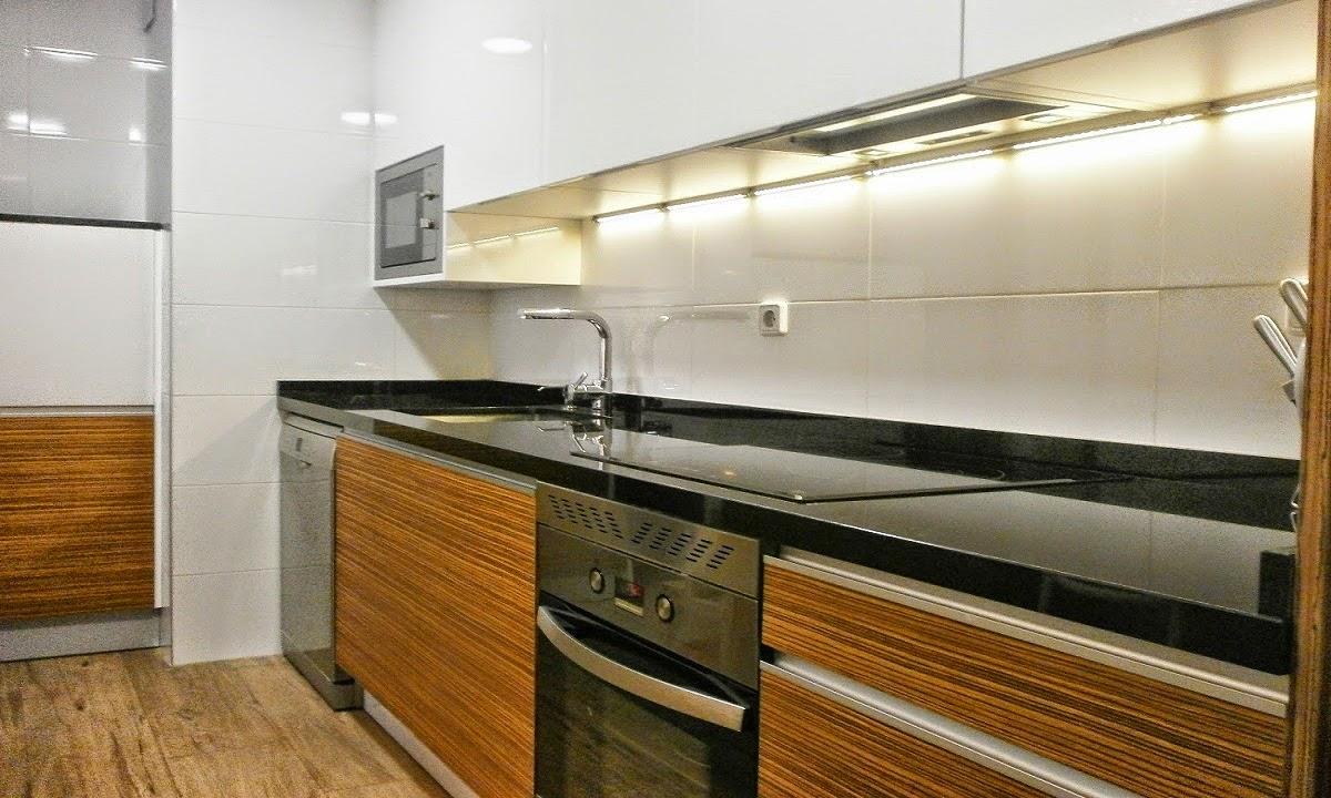 Elegancia y funcionalidad en una cocina peque a cocinas for Muebles de cocina negro