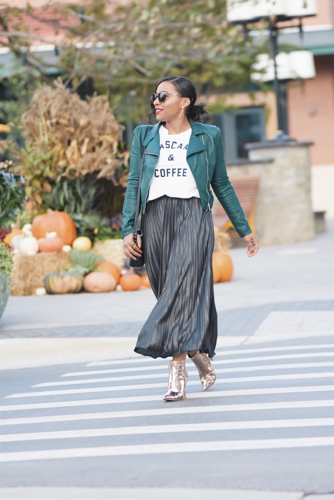 Fall outfits, pleated skirt, moto jacket, amiclubwear shoes, streetstyle, blogger outfits, october, pumpkins, armandhugon, latina bloggers, graphic tee