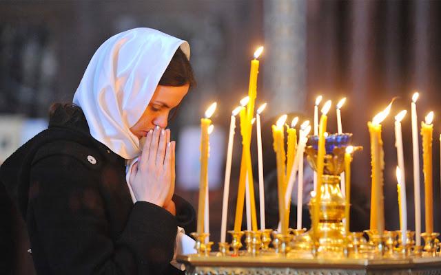 Девушка и подсвечник с горящими свечами