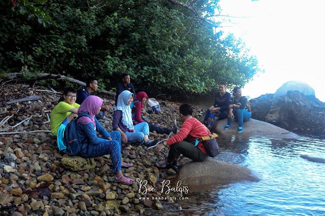 Duduk - duduk dan main game di Air Intan - Taman Nasional Gunung Palung