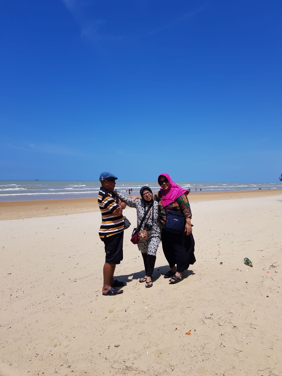 cerita teman perjalanan, three people, in the beach