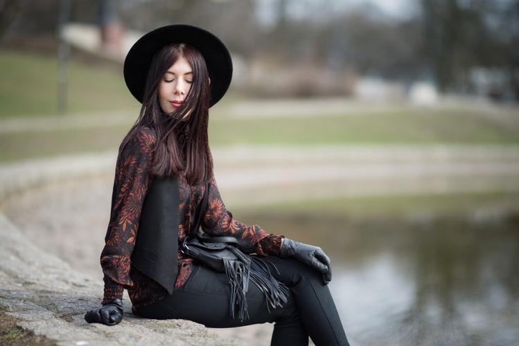 styl boho stylizacja boho z kapeluszem torebka z frędzlami C&A łódzka blogerka modowa blog o modzie Łódź Park Śledzia