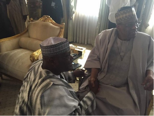 Photo-of-Atiku-Abubakar-kneeling-before-Ibrahim-Babangida-IBB