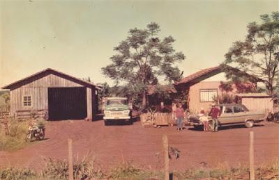 Família de colonos gaúchos e suas posses na região de Santa Rosa, noroeste do Rio Grande do Sul, em fotografia de 1974, sem autor conhecido, pertencente ao acervo do arquiteto.