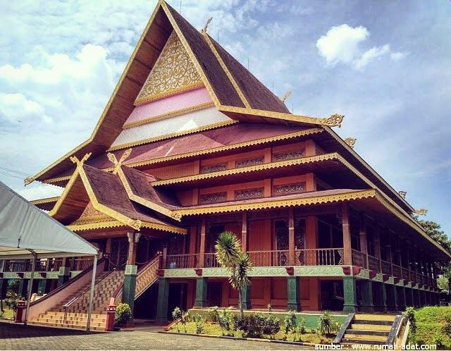 "Rumah Adat Provinsi Riau ""Selaso Jatuh Kembar"""