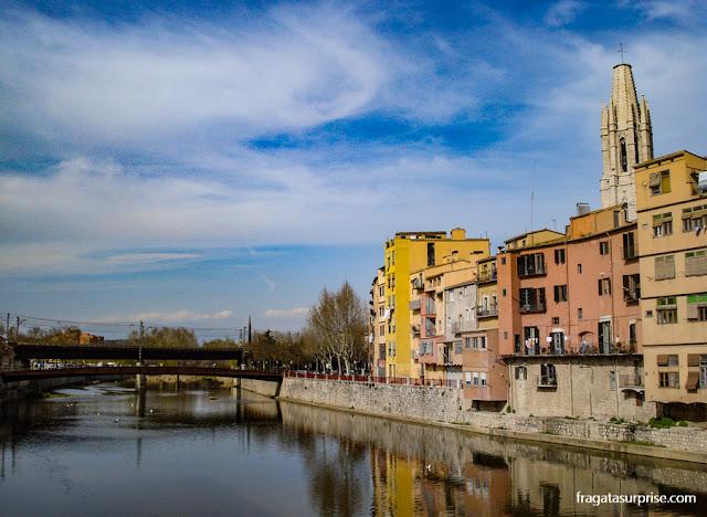 Casario à beira do Rio Onyar, e a torre da Igreja de Sant Feliu, em Girona, Catalunha