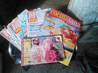 Varias revistas viejas superpuestas, listas para reciclar