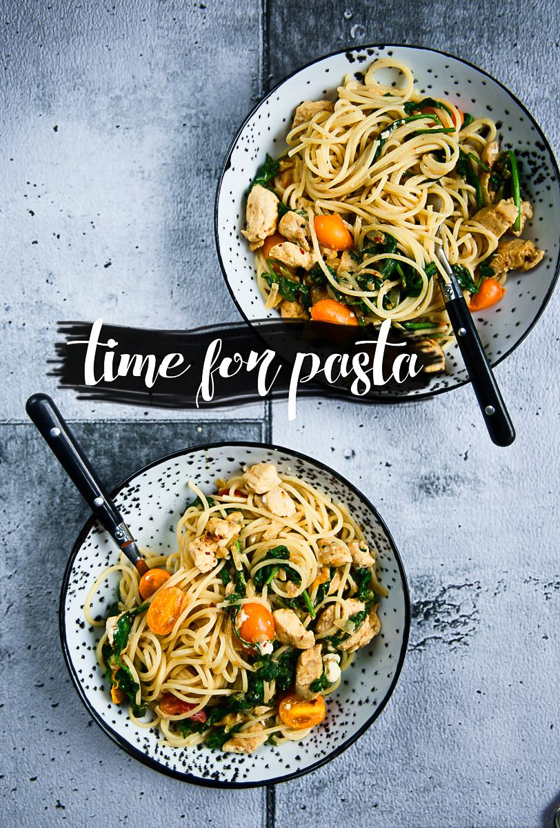 Makaron spaghetti ze szpinakiem, pomidorkami i serem feta