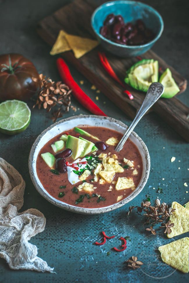 rozgrzewająca zupa fasolowa z awokado i chipsami z tortilli