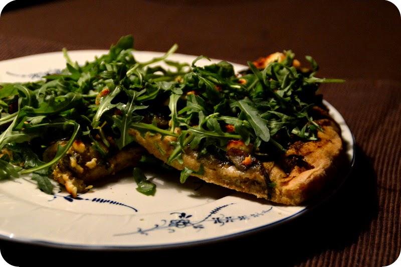 Pizza mit Rucola, Zucchini und Auberginen