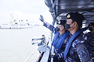 Pangkoarmada II Inspeksi Kapal Perang Di Pangkalan Koarmada II