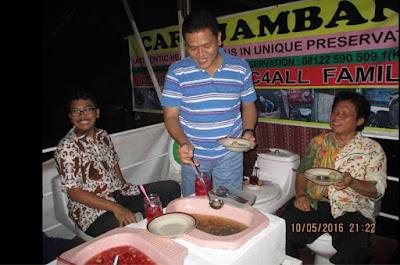 Cafe Jamban, Menyajikan Menu Dalam Kakus