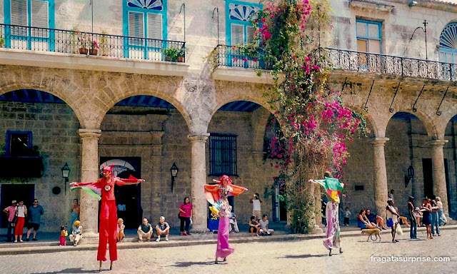 Artistas de rua na Plaza de Armas de Havana, Cuba
