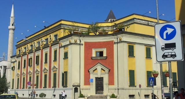 Il Comune di Tirana annulla il canone per l'occupazione del suolo pubblico