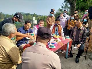 Menparekraf Sandiaga Uno Santap Kopi Toba Sambil Tinjau Kembali Renovasi Objek Wisata Adian Nalambok