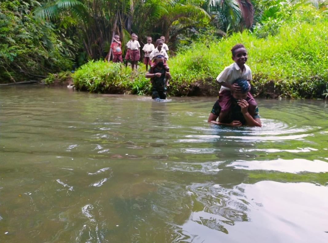 Belum Ada Jembatan, Tentara Gendong Anak Papua Seberangi Sungai Untuk Sekolah