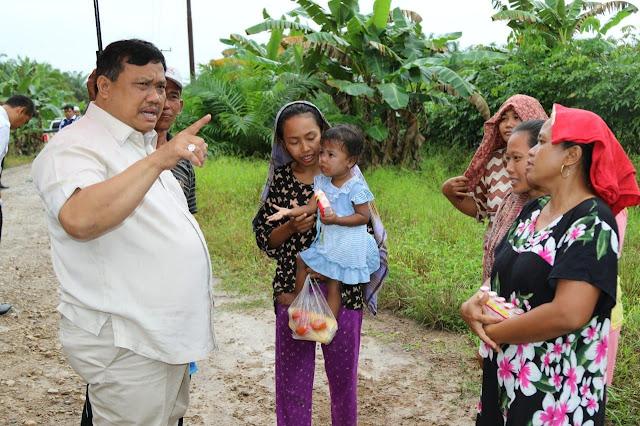 Bupati Labura Kharuddin Syah mendengarkan keluhan warga yang mencegat rombongannya.