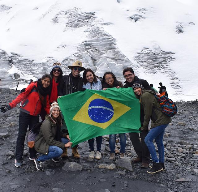 7 pessoas segurando a bandeira do brasil