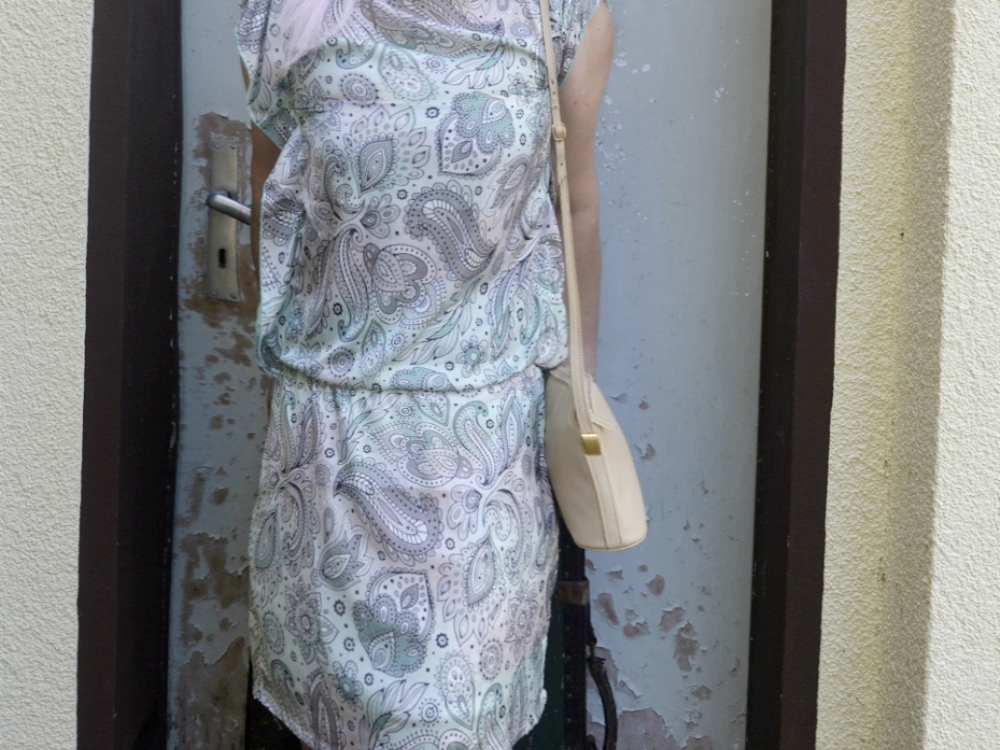 Outfit Photoshoot Mintfarbenes Paisley Print Sommer Kleid Close up