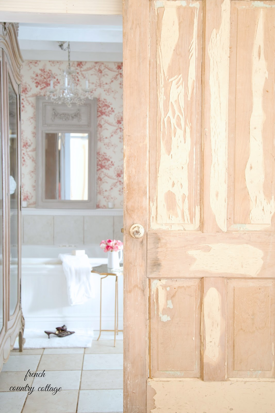 7 Inspirations For Marble And Wallpaper Bathroom Designs French