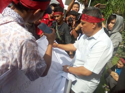 Wakil Ketua Komisi III DPRD Sulut, Amir Liputo, menerima masa aksi GNP 33.