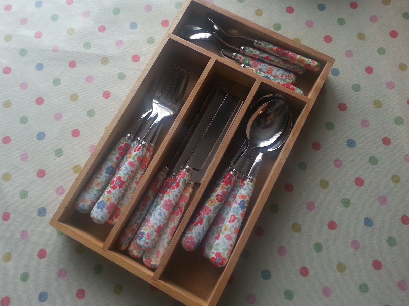 , Inside the Kitchen Drawer- Organising Cutlery