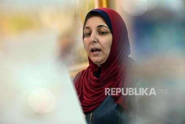 Jaga Kehormatan, Perempuan Gaza Tidur Berhijab