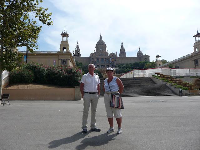 За спиной - Национальный Дворец Каталонии в Барселоне