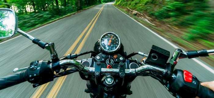 Moto na estrada, liberdade que o financiamento de motos proporciona