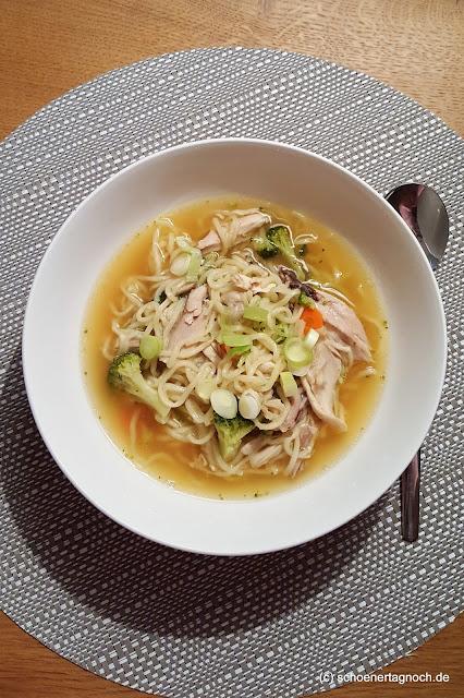Asiatische Hühnersuppe mit Asianudeln und Brokkoli