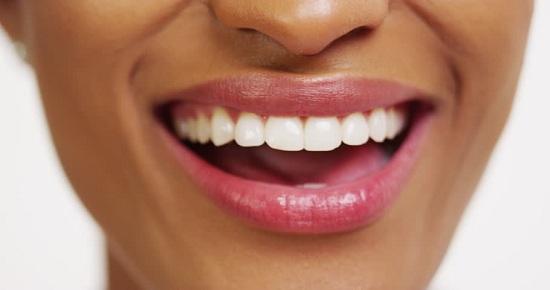 7 Cara Memutihkan Gigi Dengan Cepat dan Efektif