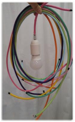 cables électriques tissés colorés avec une ampoule montée sur douille blanche