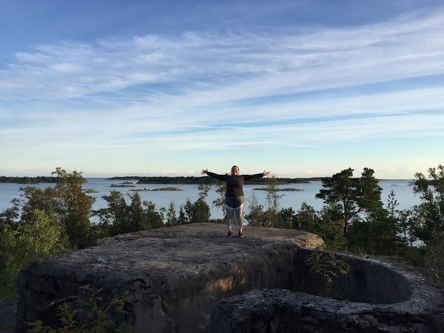 Ihminen seisoo näköalapaikalla, taustalla saaristoa.