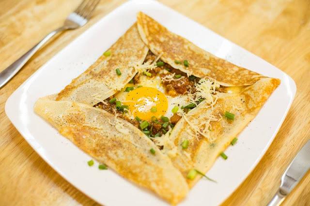 Bánh Crepes nhân thịt xông khói, trứng