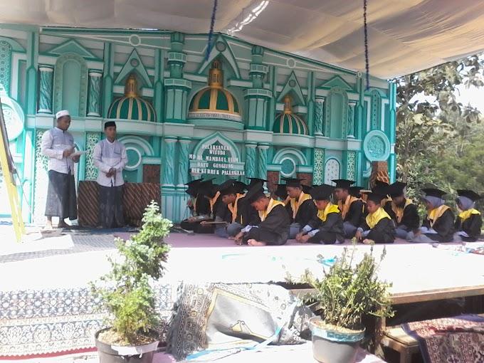 Berlangsung MD RA Mambaul Ulum Batu Gungsing Mewisuda 20 Peserta Didiknya.