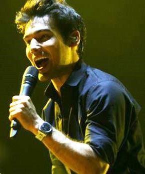 Foto de Ezio Oliva cantando en concierto