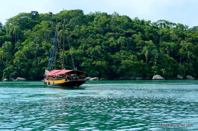 Escuna de excursão fundeada na Freguesia de Santana, Ilha Grande, Rio de Janeiro