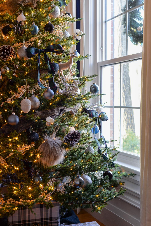traditional christmas decor, living room at christmas, living room christmas decorations