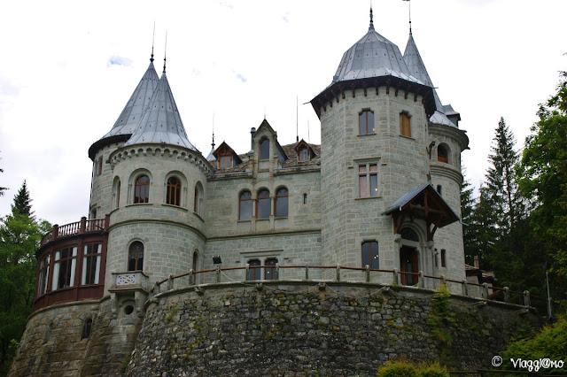 Vista del bel castello incastonato nel parco