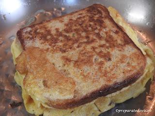 Sandwich cu omleta impaturita la tigaie reteta rapida cu oua kaizer si cascaval retete culinare pentru mic dejun mancare si gustare,
