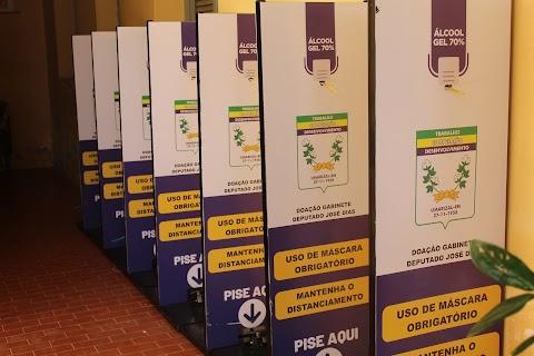Secretaria de Saúde irá distribuir totens de álcool em gel em pontos estratégicos do município; material foi doação do deputado José Dias