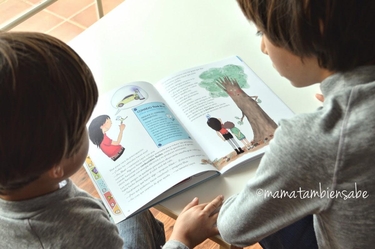 Mis hijos leyendo el libro El Planeta Azul de ThinkBlue de VW