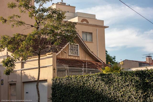 Casa de madeira com fachada em alvenaria na Rua Paula Gomes - vista parcial da lateral