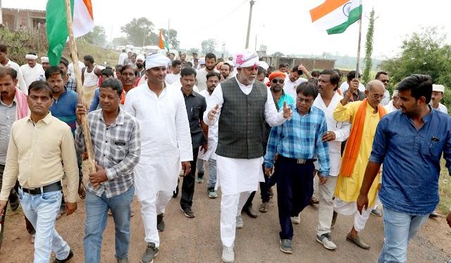 केंद्रीय मंत्री प्रहलाद पटेल की ग्राम स्वराज गांधी पदयात्रा.. ग्रामीणों के बीच दिखा जबजस्त उत्साह का माहौल.. सगौनी से कुम्हारी तक जगह-जगह स्वागत.. युवाओं ने कचरा उठाकर दिया स्वच्छता का संदेश..